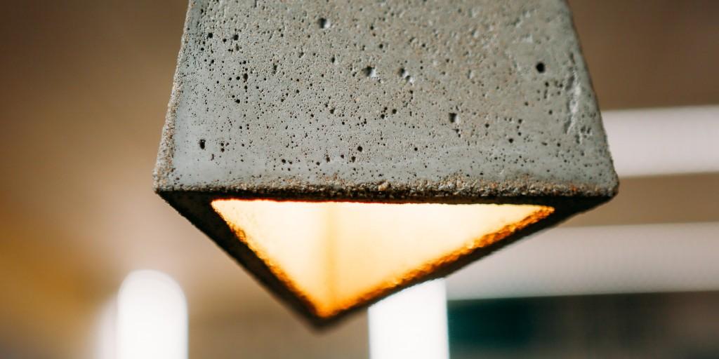 Фазенда. Гостиная комфортного минимализма. Светильник из бетона от К. Баранова