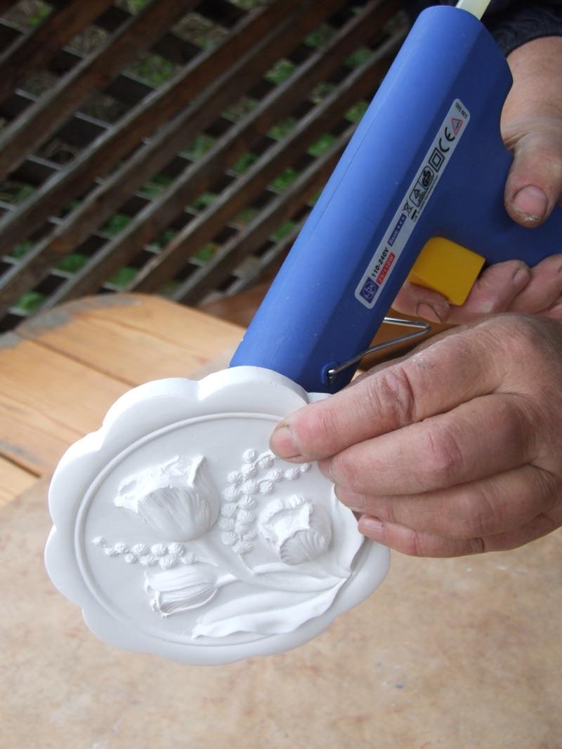 fazenda 4. Наносим клей или герметик на розетку из лепнины